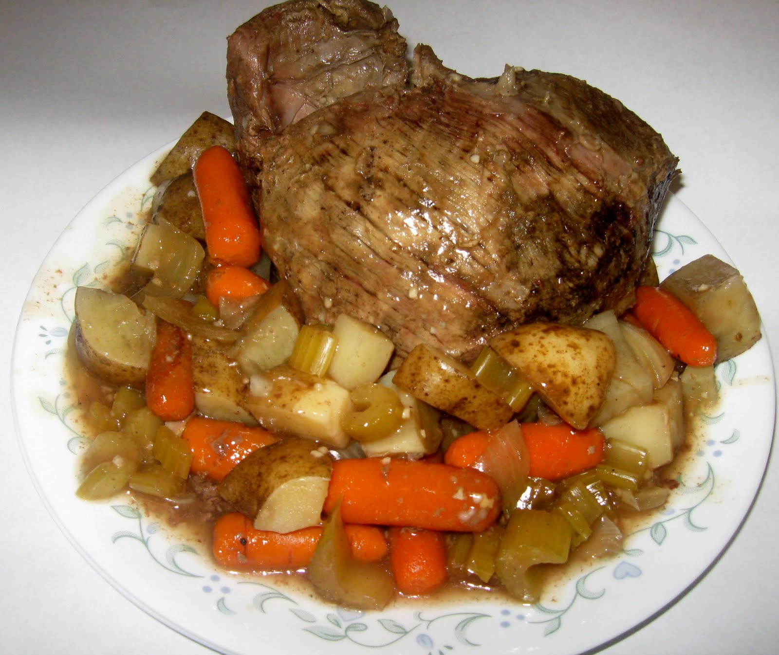 slow-cooker-top-round-roast-with-potatoes-and-vegetables